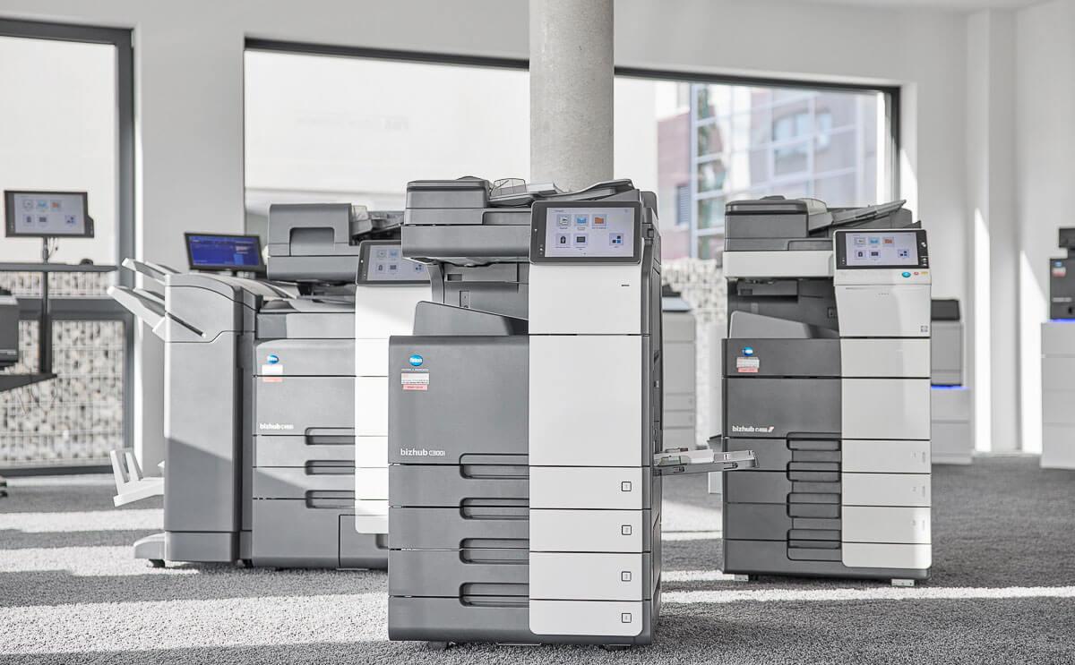 3 Bizhub 300i Drucker in einem Büroraum