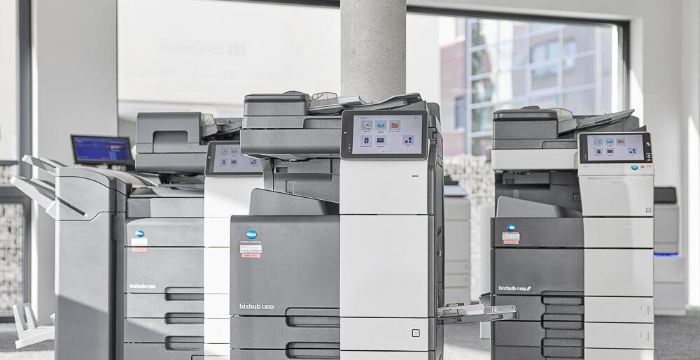 Drei Kopier-Drucksysteme von Konica Minolta in einem Büro