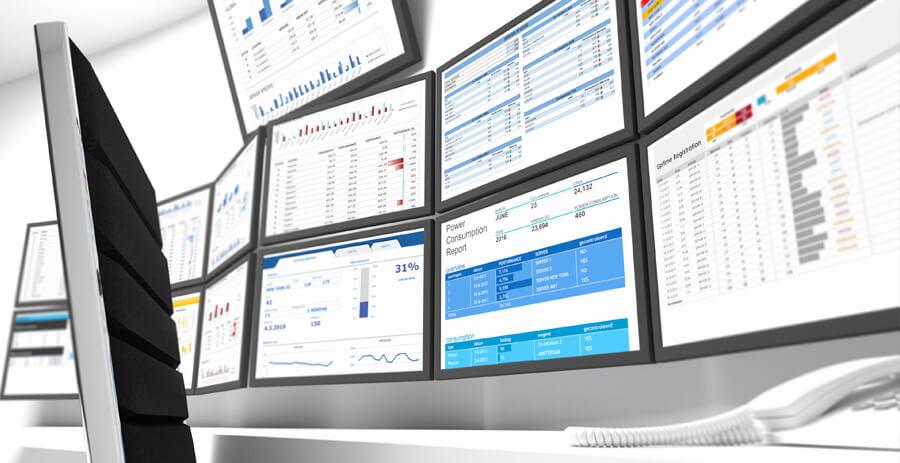 Arbeitsplatz mit mehreren Monitoren zur Überwachung der IT-Systeme