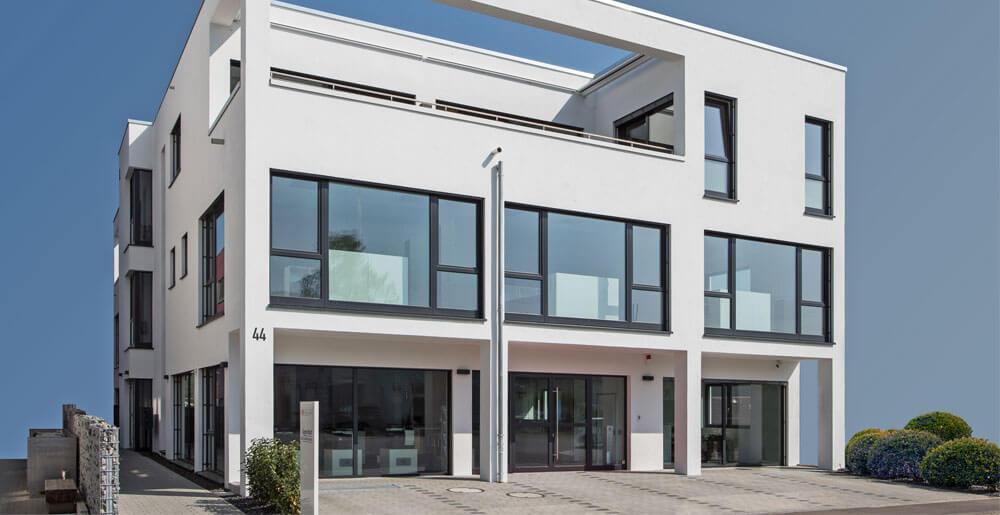 Modernes Bürogebäude in Blockform mit großer Fensterfront